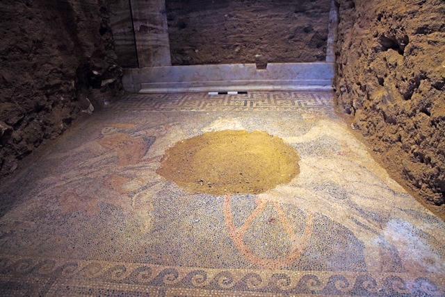 Δέος στην Αμφίπολη: Άρμα, θεός Ερμής και ψηφιδωτό με χρώματα