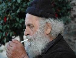 Εθισμός ή απόλαυση; Μοναχός του Αγίου Όρους σε ώρα ανάπαυσης. Ας είναι καλά ο άγιος Ιωάννης της Κρονστάνδης.  20ος αι.