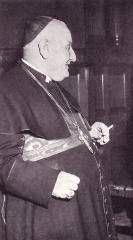 Ο Πάπας Ρώμης Ιωάννης XXIII, γνωστός και ως «Il Papa Buono» (Ο καλός Πάπας, το 2014 ανακηρύχθηκε σε Άγιο),  απολαμβάνοντας το τσιγάρο του.