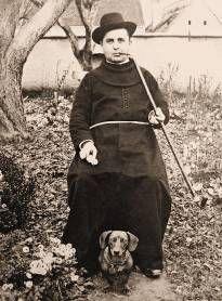 Καθολικός μοναχός καπνίζοντας μακρύ τσιμπούκι ανατολικού τύπου.  αρχές 20ου αι.