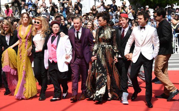 Από την Αλαλούμ παρουσία των ως επί το πλείστον ερασιτεχνών ηθοποιών της ταινίας. Η μακρομαλλούσσα ξανθιά με την φράντζα, τα γυαλιά ηλίου και τις μπότες, στα αριστερά, είναι η Αγγλίδα Άντρεα Άρνολντ. Δεξιά με το άσπρο σακάκι σμόκιν και το μαύρο παπιγιόν, ο Σάϊα Λεμπέφ.