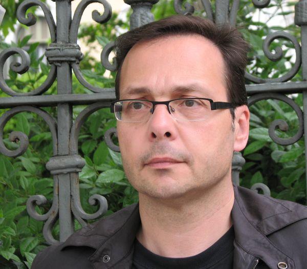 Γιάννης Τσιτσίμης: «Μισούν γιατί αγαπούν. Σίγουρα θα σου δώσουν ένα φιλί στο στόμα λίγο πριν σε πυροβολήσουνε»