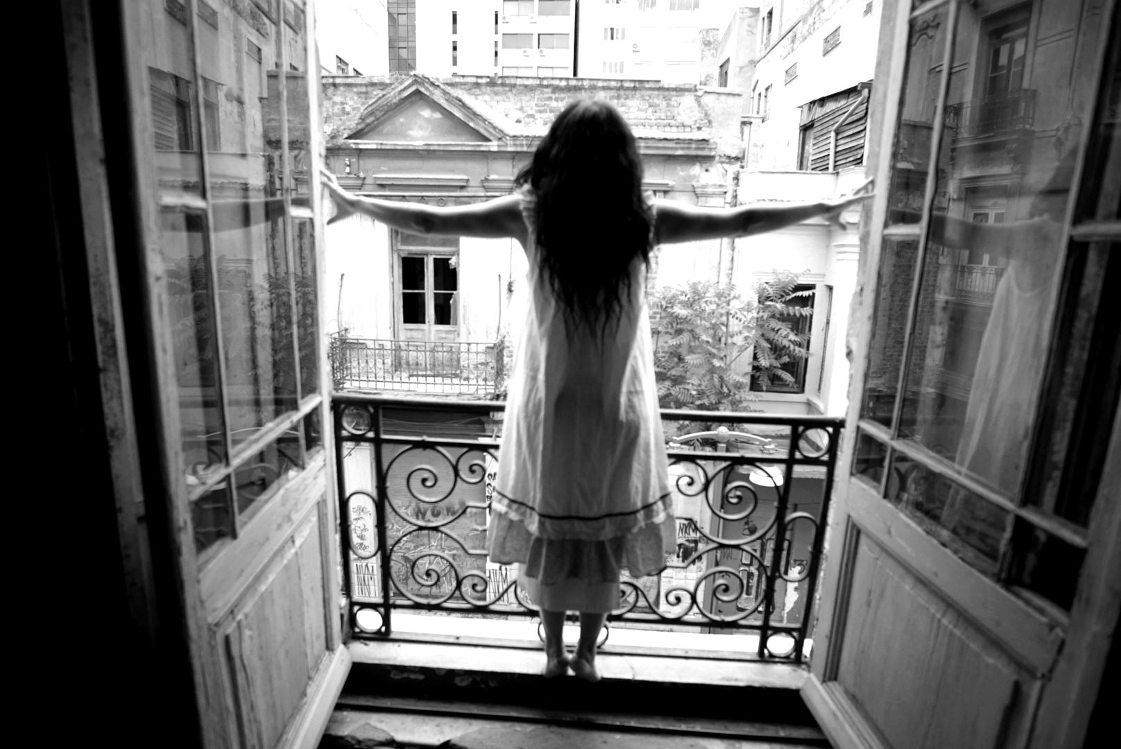 Το κορίτσι μέσα στο σπίτι (Σκοτεινός ερωτικός μονόλογος) *κριτική