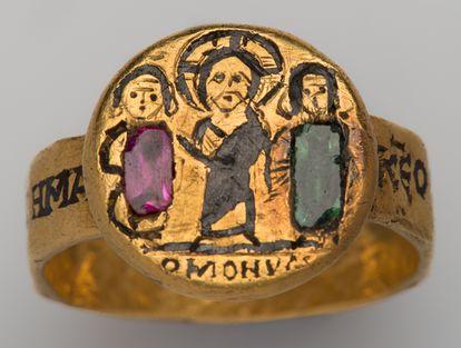 Χρυσό δακτυλίδι με παράσταση ζεύγους με το Χριστό ανάμεσά τους και επιγραφή: ομόνοια. Στη στεφάνη η επιγραφή:  κ…εως όπλων ευδοκίας εστεφάνωσας ημάς. Αγία Πετρούπολη, The Hermitage Museum, αρ. ευρ. ω 121. 6ος -7ος αι.