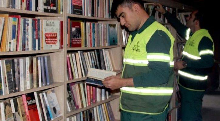 Μια βιβλιοθήκη μέσα από τα σκουπίδια! Στη Τουρκία εργάτες του δήμου έφτιαξαν βιβλιοθήκη με βιβλία που βρίσκαν στα σκουπίδια