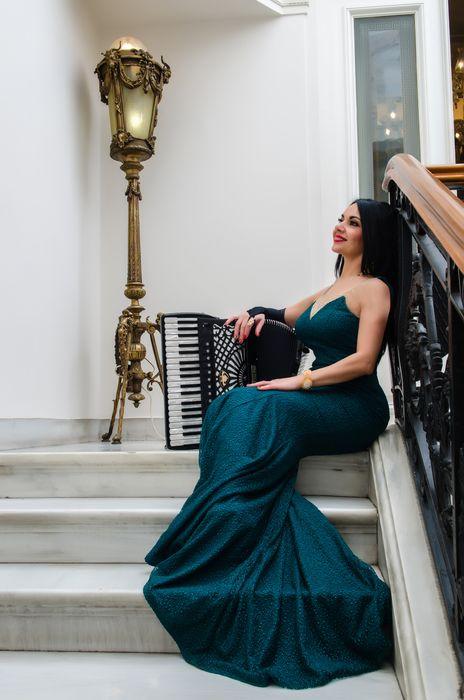 Ζωή Τηγανούρια, η όμορφη Ελληνίδα συνθέτρια, σολίστ του ακορντεόν και performer που κάνει διεθνή καριέρα