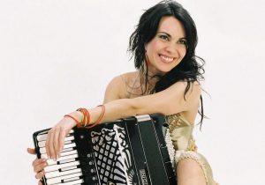 Ζωή Τηγανούρια, η όμορφη Ελληνίδα συνθέτρια, σολίστ του ακορντεόν και…