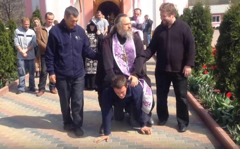 Μεσαίωνας: Παπάς καβαλά άνθρωπο για να του βγάλει το… δαιμόνιο! (video)
